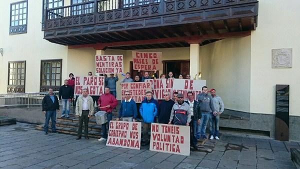 Loa trabajadores se concentraron frente a las Casas Consistoriales de Arona. / DA