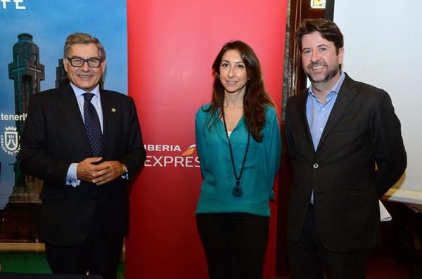 Miguel Ángel Santos, Silvia Mosquera y Carlos Alonso presentaron las nuevas rutas en el Palacio Insular. / DA