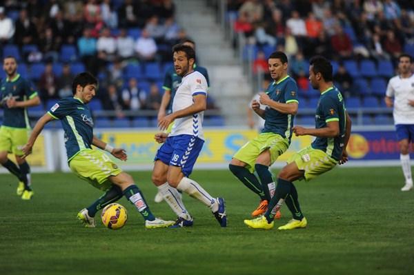 Aitor Sanz fue amonestado ayer y se perderá el duelo contra la UD Las Palmas. / FRAN PALLERO