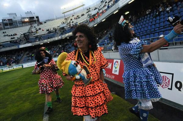 La piñata carnavalera y las accines puestas en marcha por el club surtieron efecto y las gradas mejoraron de aspecto. / FRAN PALLERO