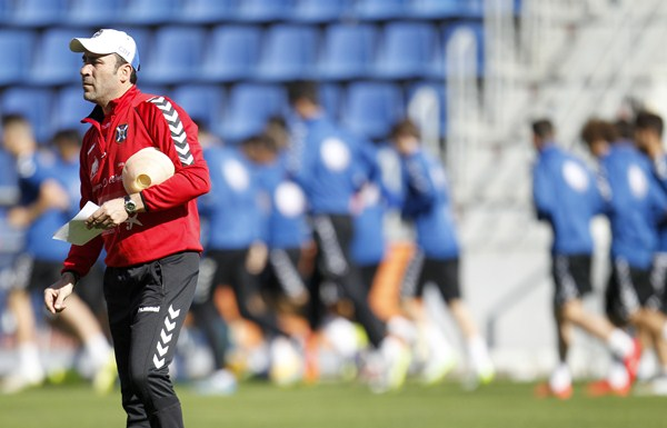El entrenador aragonés, durante una sesión de entrenamiento con el Tenerife. / SANTIAGO FERRERO