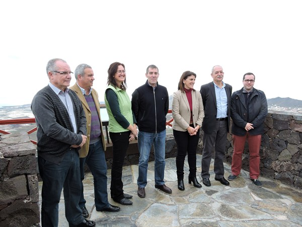 Fernando Clavijo, rodeado de varios candidatos a alcaldías del Sur de Tenerife. / NORCHI