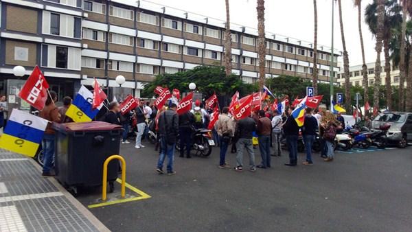 Protesta de un sector de CC.OO.-Canarias ante una asamblea convocada por la dirección provisional. / DA