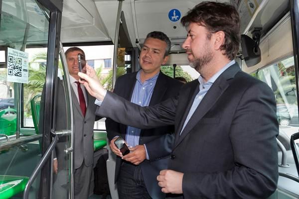 Carlos Alonso usando aplicación Vía-Móvil Insular. | DA
