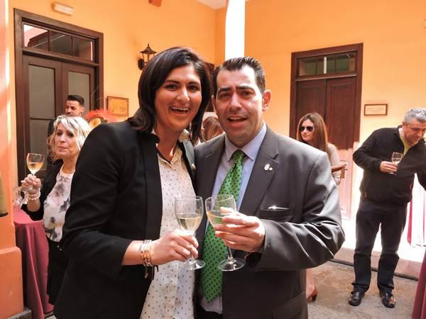 Carmen Luisa Castro y Andrés Alonso brindan por el proyecto. | N.C.