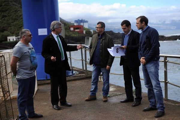 Responsables de Puertos Canarios, del Ayuntamiento y los pescadores, justo enfrente de la zona donde se construirá el dique artificial. / FRAN PALLERO