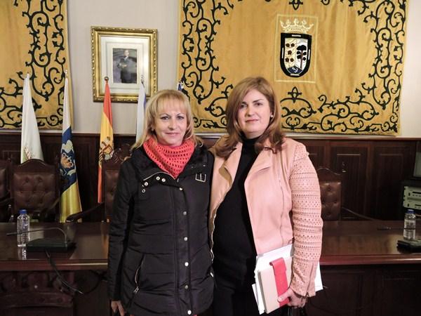 Magdalena Medina y Ana Hernández, tras terminar el Pleno. / NORCHI