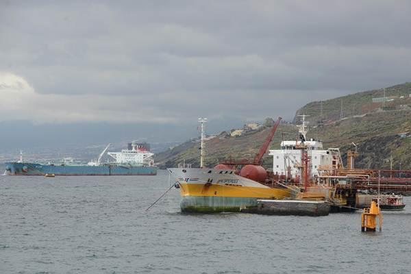 El Blank, al fondo, es uno de los dos buques que está descargando petróleo refinado en el muelle de La Hondura.   S.M.