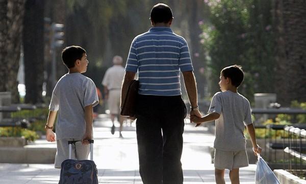 Profesionales en paro podrán acoger menores por 1.500 euros al mes