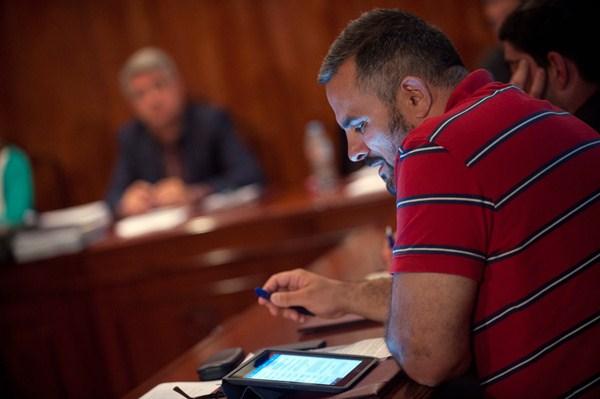 Francis Hernández, debatiendo con el alcalde durante un Pleno municipal. / DA