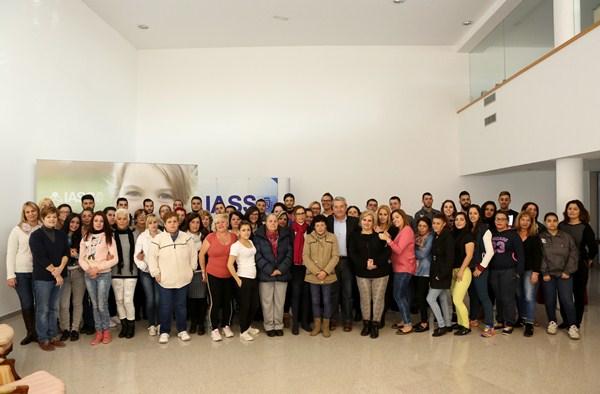 El vicepresidente primero del Cabildo y consejero de Bienestar, Sanidad y Dependencia, Aurelio Abreu, recibió a los nuevos trabajadores beneficiarios de este proyecto insular. / DA