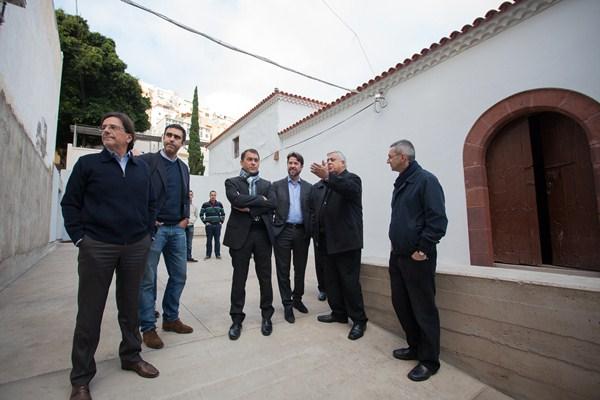 Las tres administraciones implicadas visitaron la iglesia de San Andrés para comprobar su estado. / DA