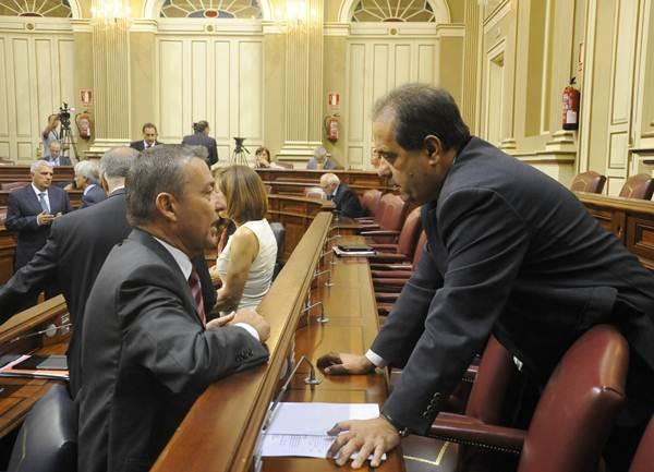 José Luis Perestelo y Paulino Rivero, en el Salón de Plenos del Parlamento. | DA