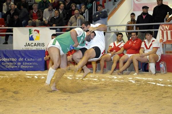 Ismael Déniz quitó de esta manera a Airán Sosa en la luchada Rosario-Victoria. / DONELIA PÉREZ