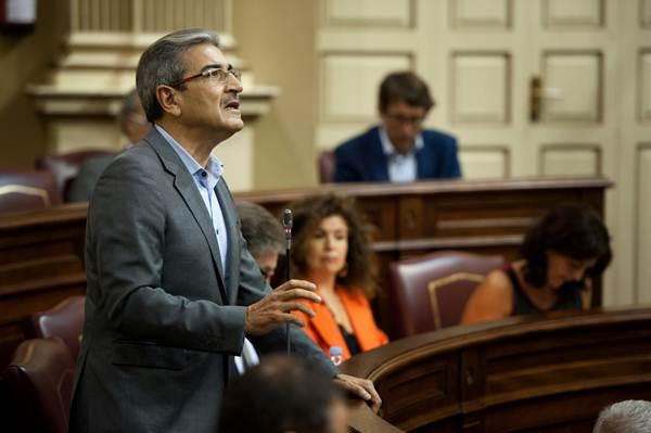 El diputado de NC Román Rodríguez, durante un pleno del Parlamento de Canarias. | FRAN PALLERO