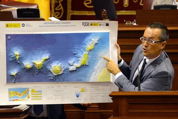 José Miguel Ruano enseña al PP un mapa de Canarias, en un pleno anterior. / SERGIO MÉNDEZ