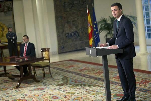 Pedro Sánchez, frente al micrófono tras la firma del pacto el pasado lunes. / REUTERS