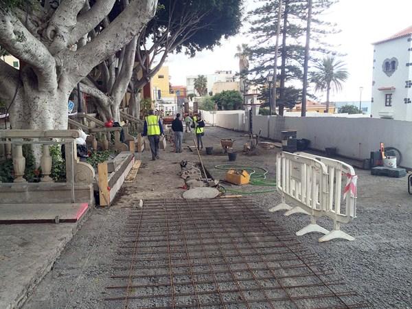 Aspecto de las obras en la calle de Abajo, en el casco de Guía. / DA