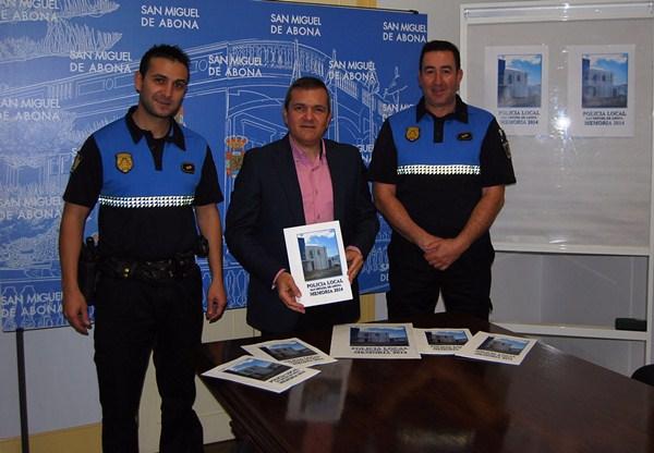 El alcalde posa con miembros de la Policía Local. / DA