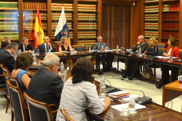 La Comisión parlamentaria de Control de la RTVC, durante una de sus sesiones del pasado año. / SERGIO MÉNDEZ
