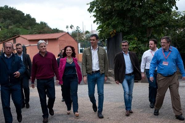 Pedro Sánchez acompaña a Patricia Hernández, junto a Julio Cruz, José Miguel Pérez y Javier Abreu. / FRAN PALLERO
