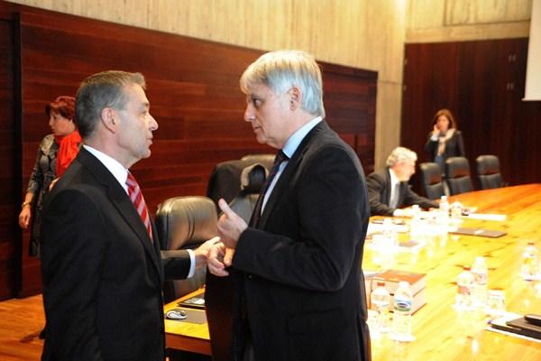 Paulino Rivero conversa con José Miguel Pérez antes de la reunión del Consejo de Gobierno. / DA