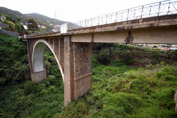 El puente del Rey, o de Hierro, sobre el barranco Hondo, une desde hace un siglo a los municipios norteños de Santa Úrsula y La Victoria de Acentejo. / MOISÉS PÉREZ