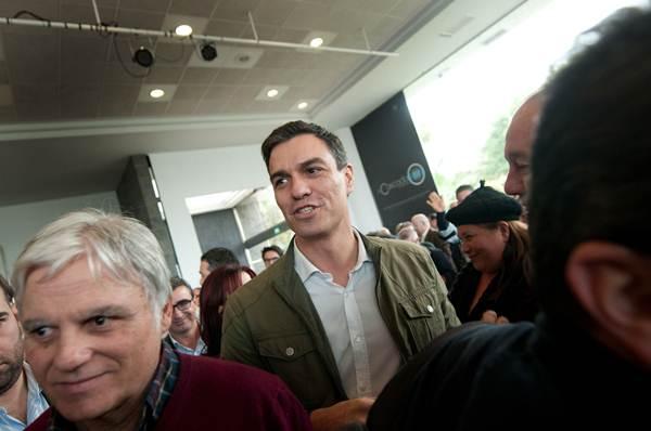 José Miguel Pérez y Pedro Sánchez, durante la presentación de la candidata del PSOE canario. / F. PALLERO