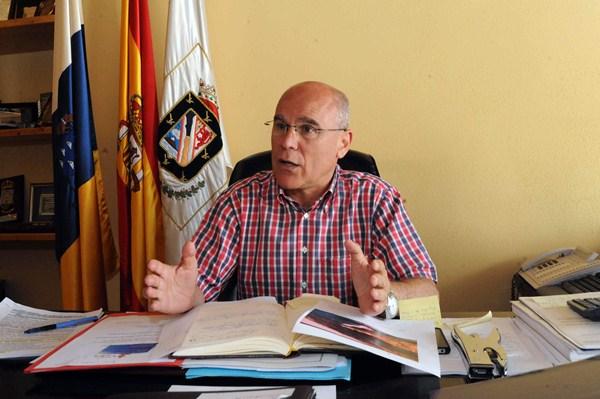 Rafael Yanes, en el despacho del Ayuntamiento cuando era alcalde de Güímar. / DA