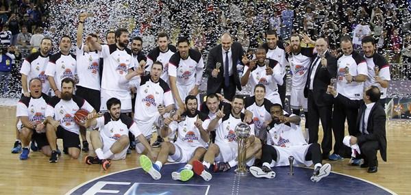 Los jugadores del equipo blanco se hicieron con su segundo título copero de manera consecutiva tras el logrado el curso pasado en Málaga. / ÁNGEL RIVERO