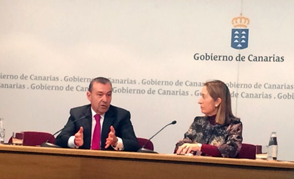 Pastor y Rivero, durante la rueda de prensa en la capital grancanaria, en la sede de Presidencia. / EP