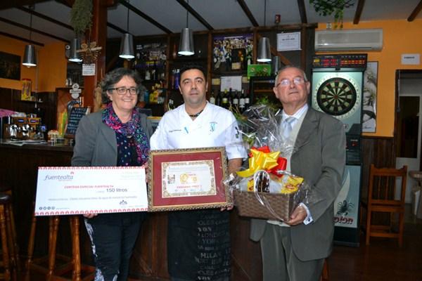 Ermitas Moreira y José Antonio Santana entregan el premio a la Taberna Tres J. / DA