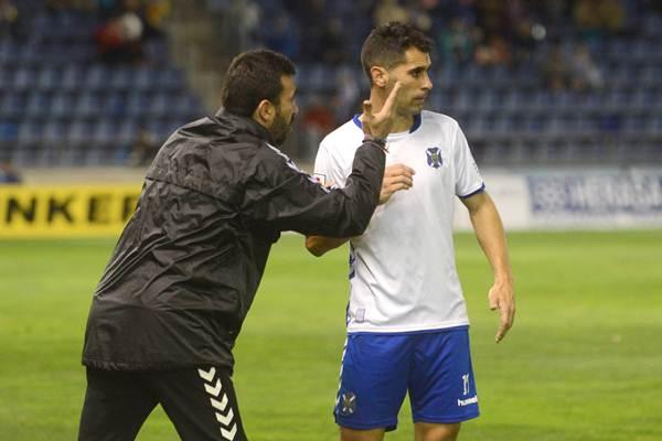 El técnico tinerfeñista da instrucciones a Javi Moyano en el partido contra el Valladolid. | SERGIO MÉNDEZ