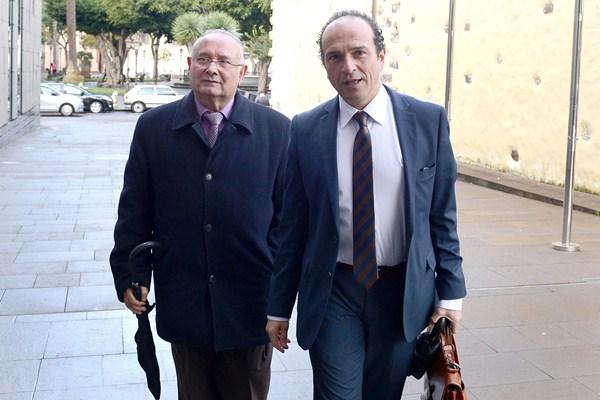 Santana, con su abogado, ayer, entrando en los Juzgados. / SERGIO MÉNDEZ