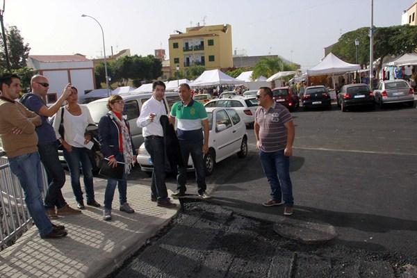 El alcalde del municipio, Pedro Martín, durante la visita a las obras. / DA