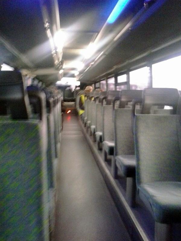 La guagua 418, vacía a las siete de la mañana, en La Florida. / DA