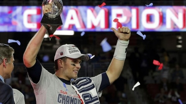 Tom Brady sostiene el trofeo de Jugador Más Valioso del Super Bowl