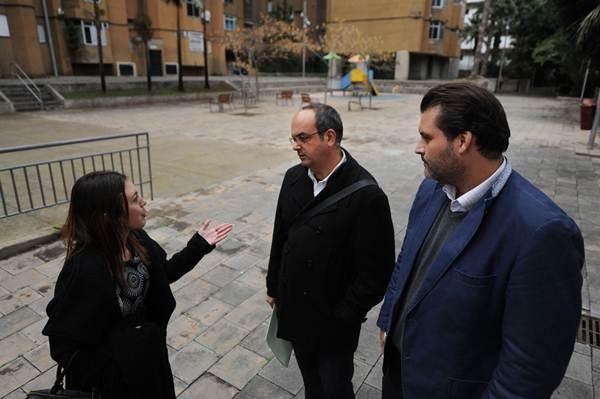 José Ángel Martín (d), ayer, durante su visita al espacio propuesto por los vecinos para aparcamiento. / F. P.