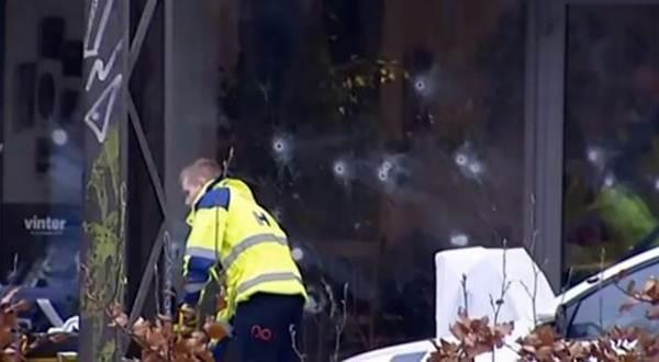 Agujeros de bala en la cristalera del café.   TV2