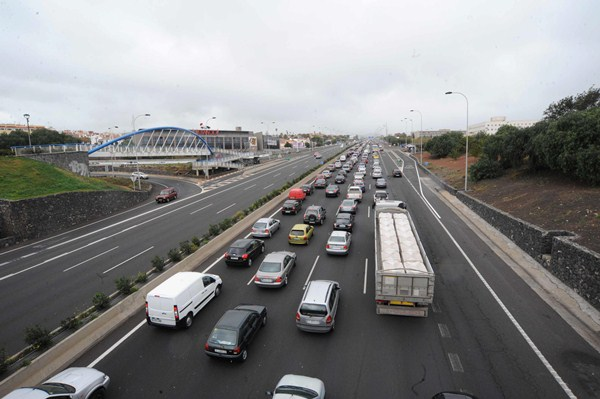 Las obras en Las Chumberas consisten en crear un nuevo carril para diferenciar el tráfico que va al Sur. / F. P.