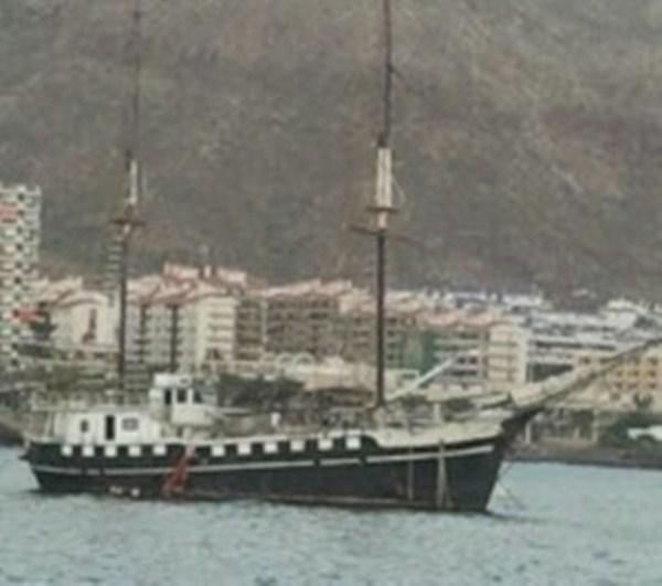 La embarcación horas antes de ser remolcada