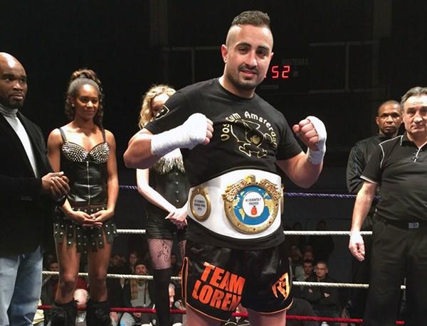 Loren, con el cinturón de campeón del torneo por delante de Jean Marc Mormeck (izquierda). / DA