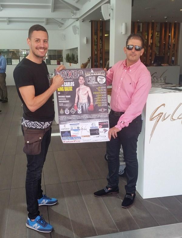 Juan Carlos López Daluz e Ismael Abassi posan con el cartel de la velada en el restaurante Gula. / DA
