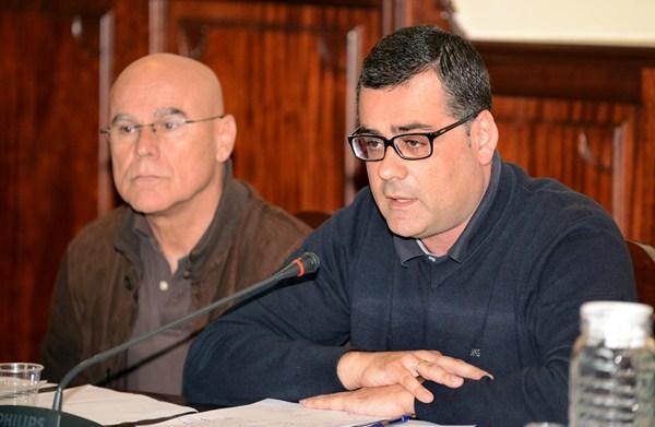 Carlos Romero, en un pleno, junto al exalcalde Rafael Yanes. / DA