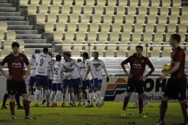 Los blanquiazules celebran el gol marcado por Aitor Sanz, el segundo que logra esta temporada. | LINO GONZALEZ