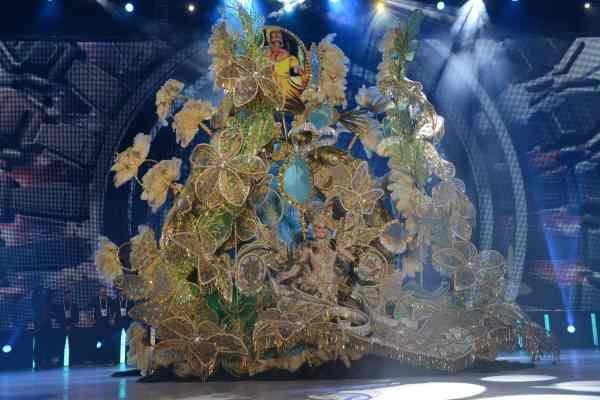 Lucía Rodríguez Quintero con la fantasía 'Mensajera de buenos presagios', un diseño de Alfonso Baute y representando a Grupo Fedora S.L. | S.M..