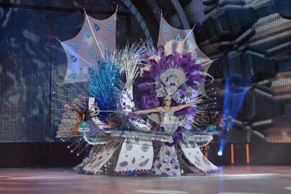 Jesica Siverio Pérez con la fantasía 'Anfitrite', diseñada por Rayco Ramírez y Javier Santana, en representación de Peña Deportivo Benéfica Salamanca, Peluquería Bravoure y Yara Creation's. | S.M.
