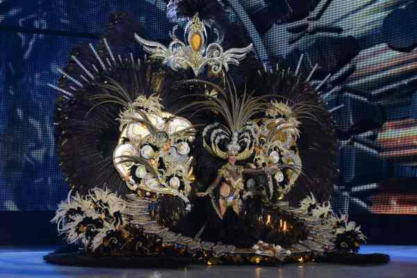 Adtemexi Cruz Hernández con la fantasía 'Aurea', diseñada por Jorge González Santana y en representación de Fuentealta, con la colaboración de Asociación Cultural Tú Santa Cruz. | S.M.