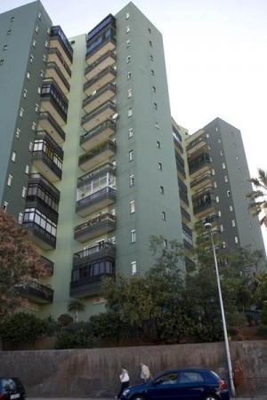 Imagen de un edificio de viviendas en Santa Cruz de Tenerife. / DA