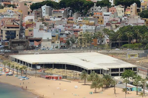 Estado actual del edificio conocido como el mamotreto, a la entrada de la playa de Las Teresitas. | S. M.
